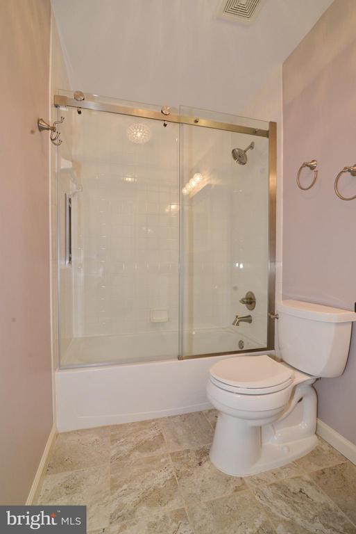 Upgraded hall bath. - 607 NATHAN PL NE, LEESBURG
