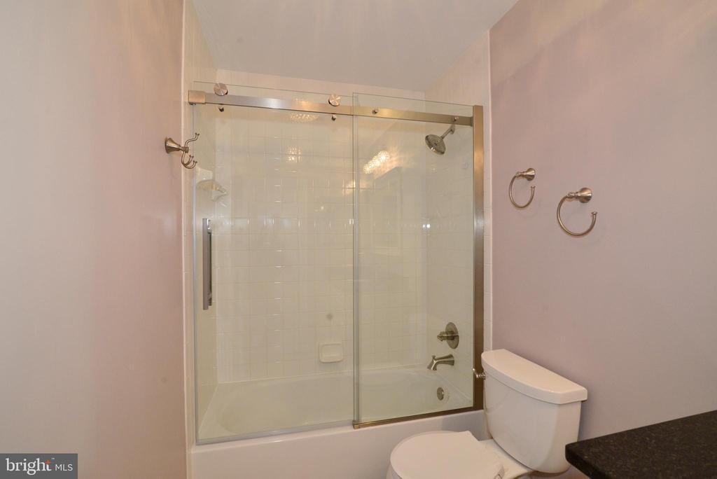 Upgraded hall bath - 607 NATHAN PL NE, LEESBURG