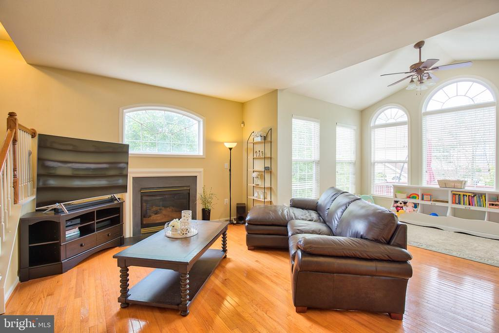 The Sunny Family room is off of the kitchen - 18309 MILL RIDGE TER, LEESBURG