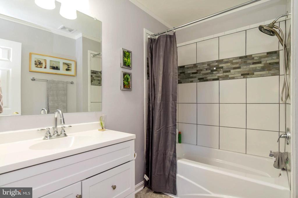Gorgeous remodeled Master Bath! - 601 MONTROSE DR, FREDERICKSBURG