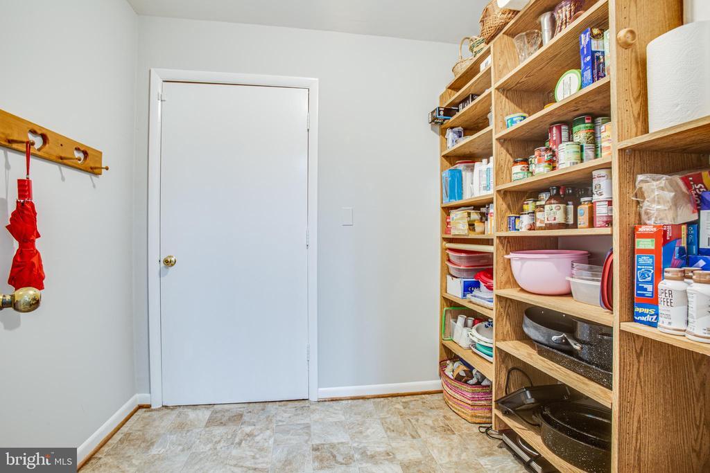 Built-in pantry - 348 OAK TREE LN, STERLING
