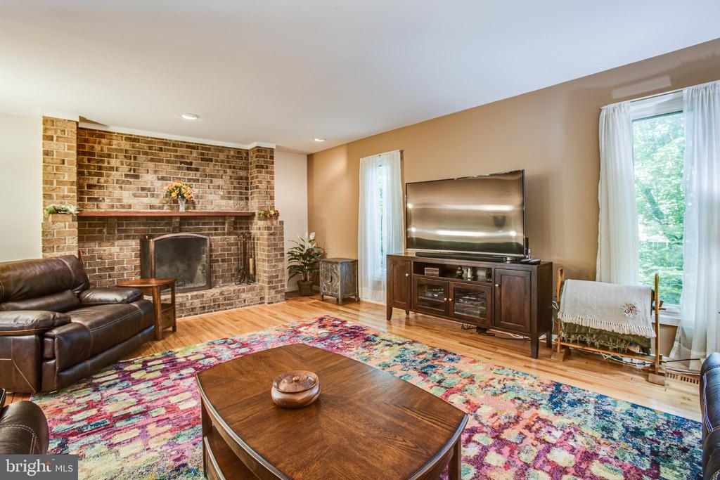 Huge Family room w/woodburning fireplace - 348 OAK TREE LN, STERLING