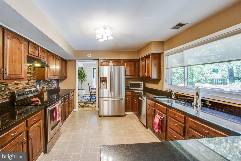 Expansive Kitchen - 348 OAK TREE LN, STERLING