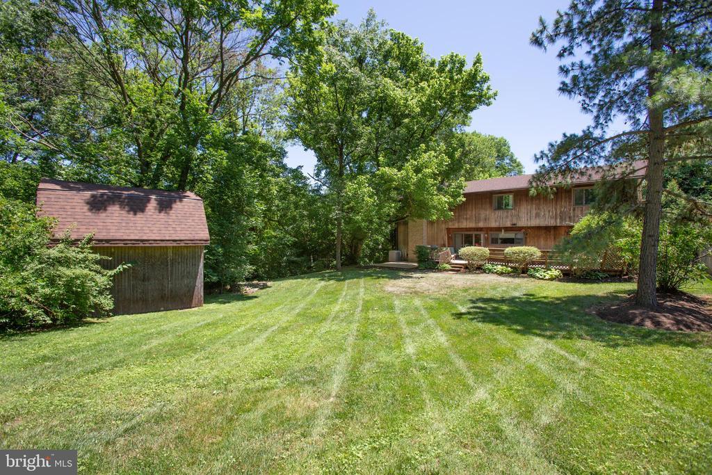 Massive backyard - 348 OAK TREE LN, STERLING