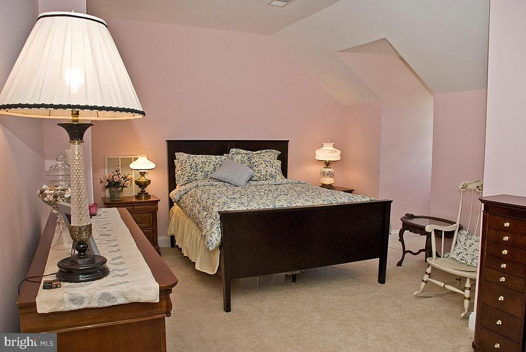 Bedroom on third level with spacious living area - 20280 GILESWOOD FARM LN, PURCELLVILLE