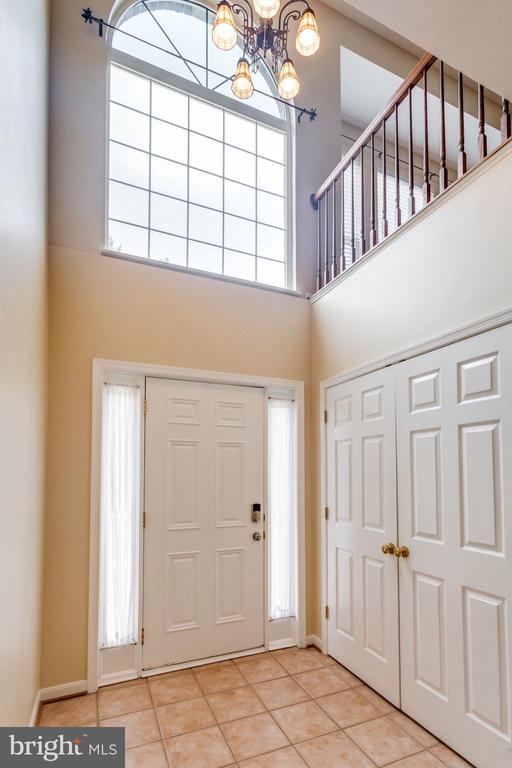 2 Story Foyer w/ Coat CLoset - 5185 BALLYCASTLE CIR, ALEXANDRIA
