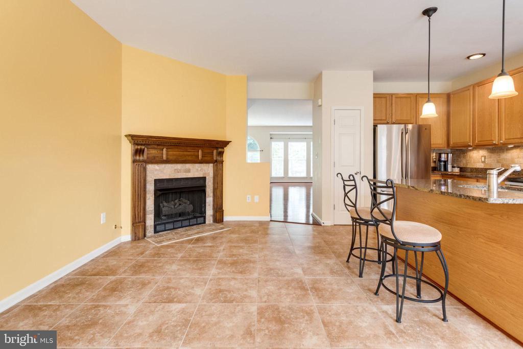 Kitchen & Family Room - 5185 BALLYCASTLE CIR, ALEXANDRIA