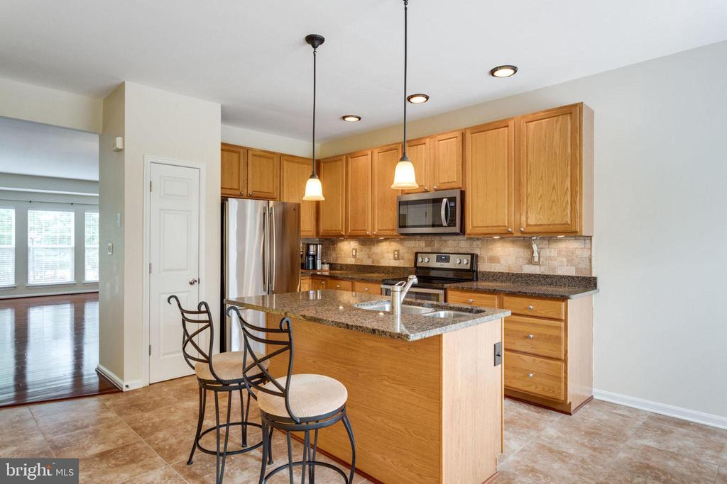 Kitchen w/ Center Island - 5185 BALLYCASTLE CIR, ALEXANDRIA