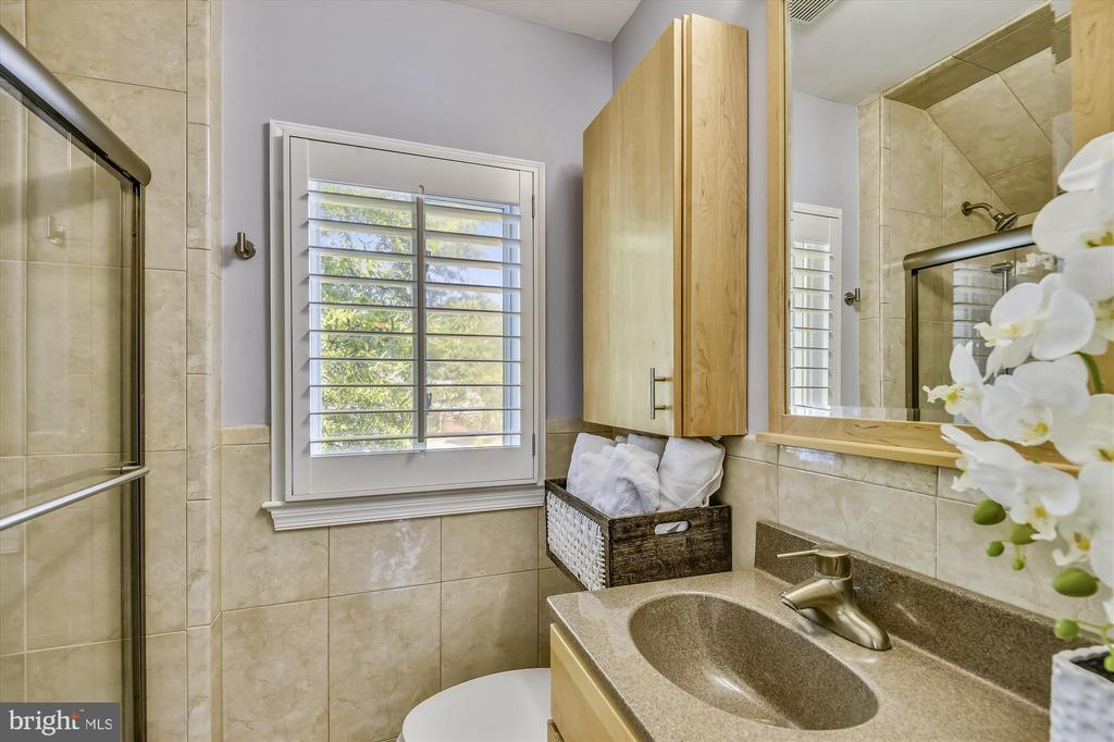 Renovated Bathroom - 398 N EDISON ST, ARLINGTON