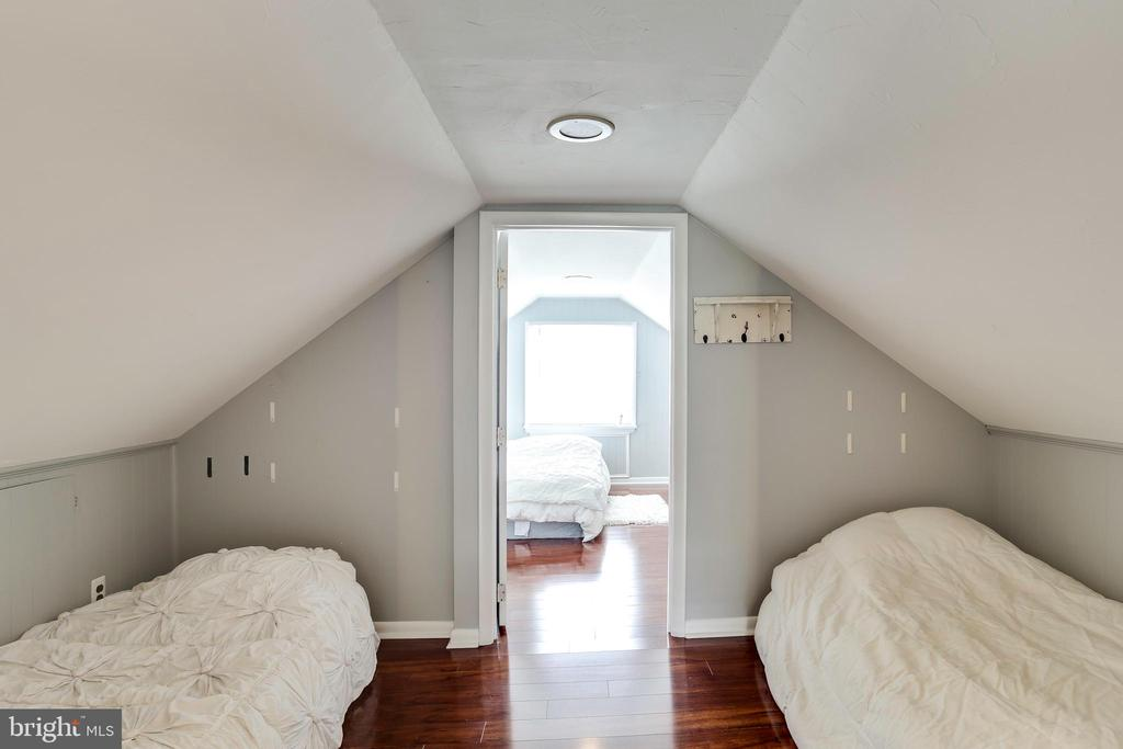 Upstairs has plenty of bed space for guests - 993 MAGOTHY AVE, ARNOLD