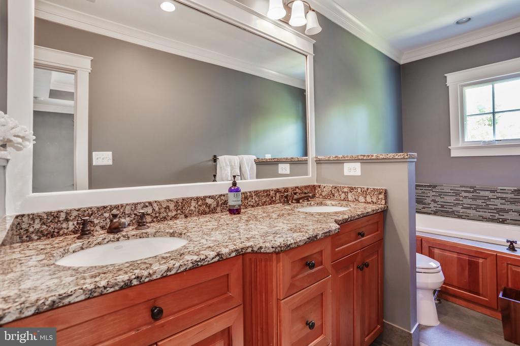 Second Bedroom En Suite - 3305 N ALBEMARLE ST, ARLINGTON