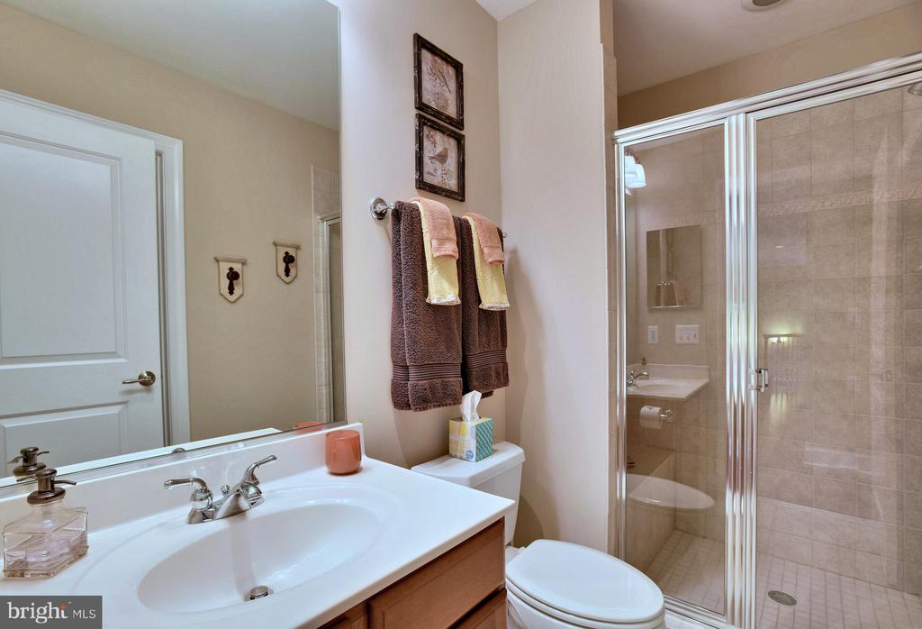 Main Level Full Bath - 18192 SHINNIECOCK HILLS PL, LEESBURG
