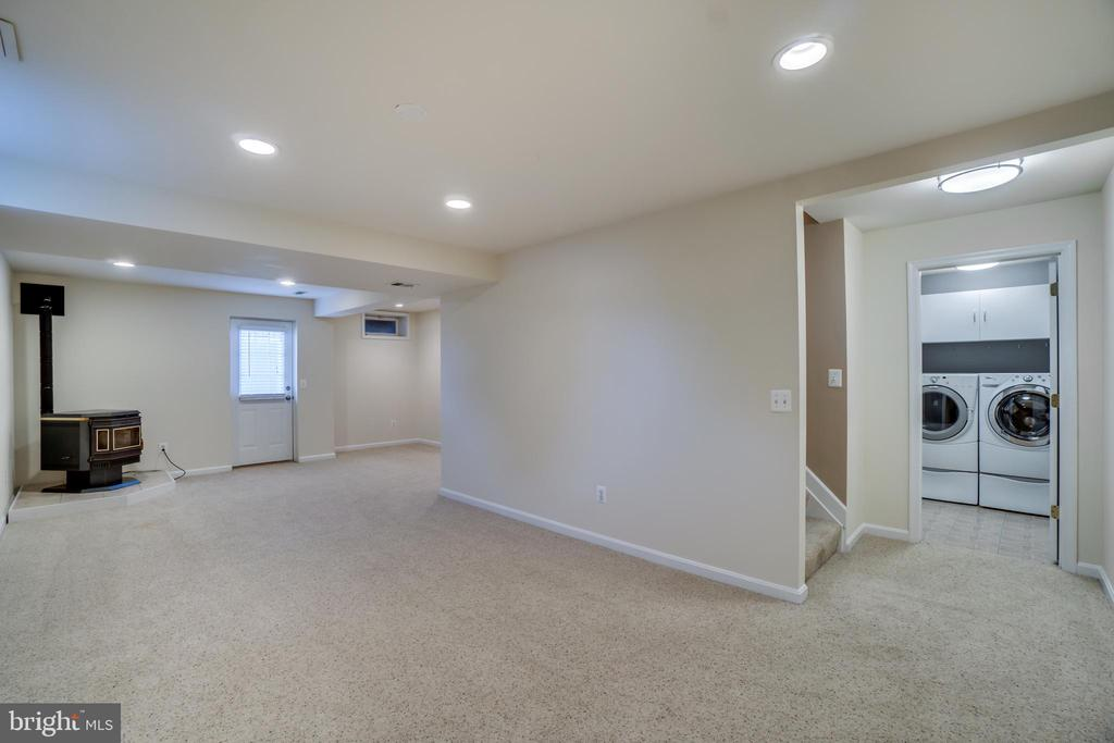 Basement Rec Area w/Pellet Stove - 700 WOODEN BRIDGE DR, PURCELLVILLE