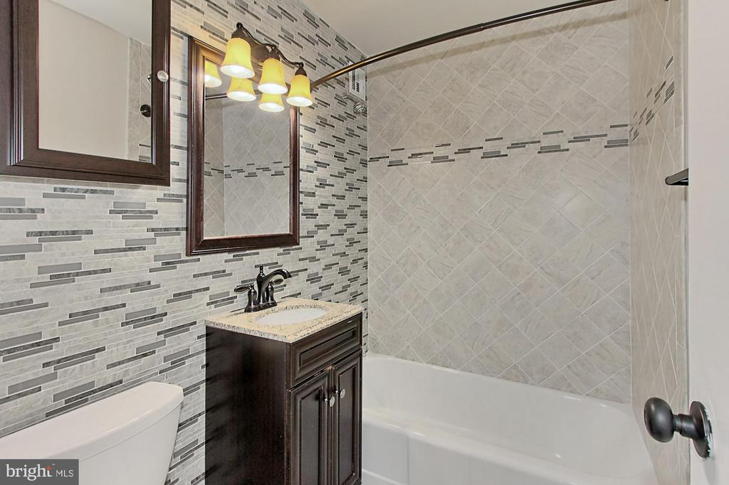 Stunningly renovated bath - 1021 ARLINGTON BLVD #419, ARLINGTON