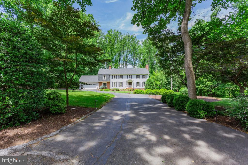 Enter the serene estate, with plenty of parking - 1044 RECTOR LN, MCLEAN