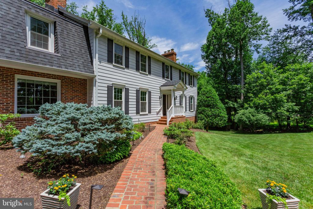 Beautifully landscaped - 1044 RECTOR LN, MCLEAN