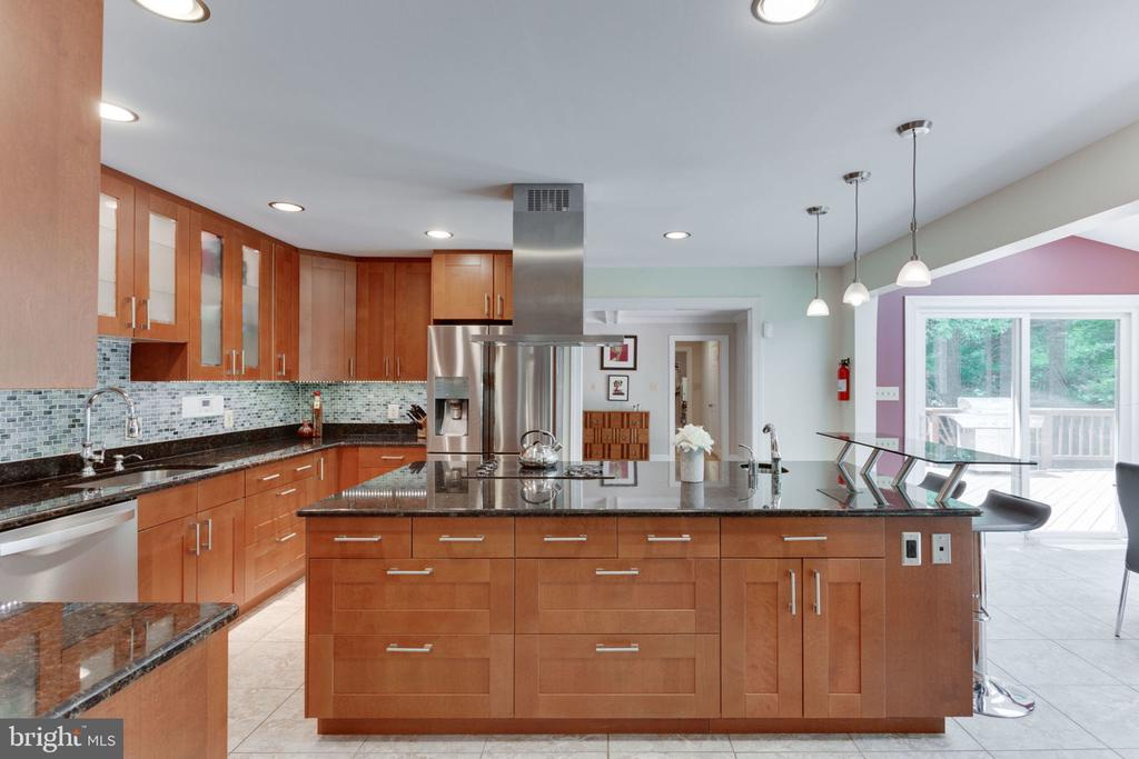 Open chefs kitchen with oversized island - 1044 RECTOR LN, MCLEAN