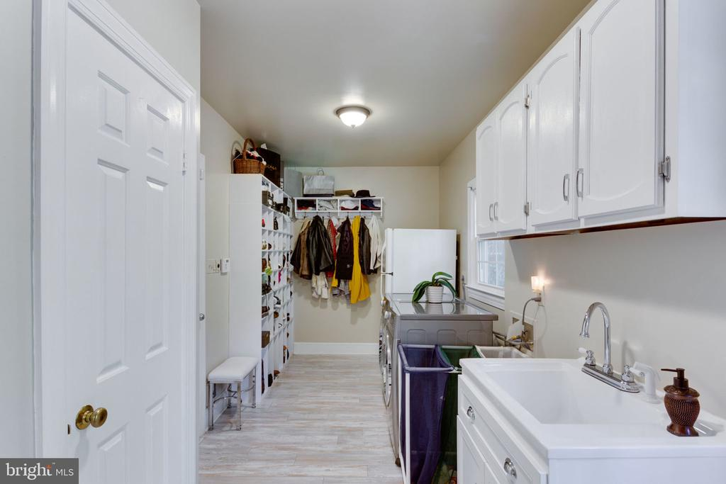 Mud room and laundry, off the garage - 1044 RECTOR LN, MCLEAN