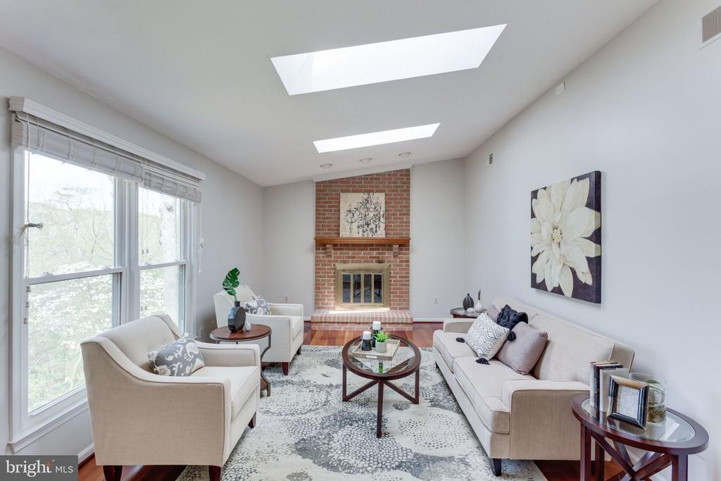 Vaulted ceiling, brick fireplace - 9815 WINTERCRESS CT, VIENNA