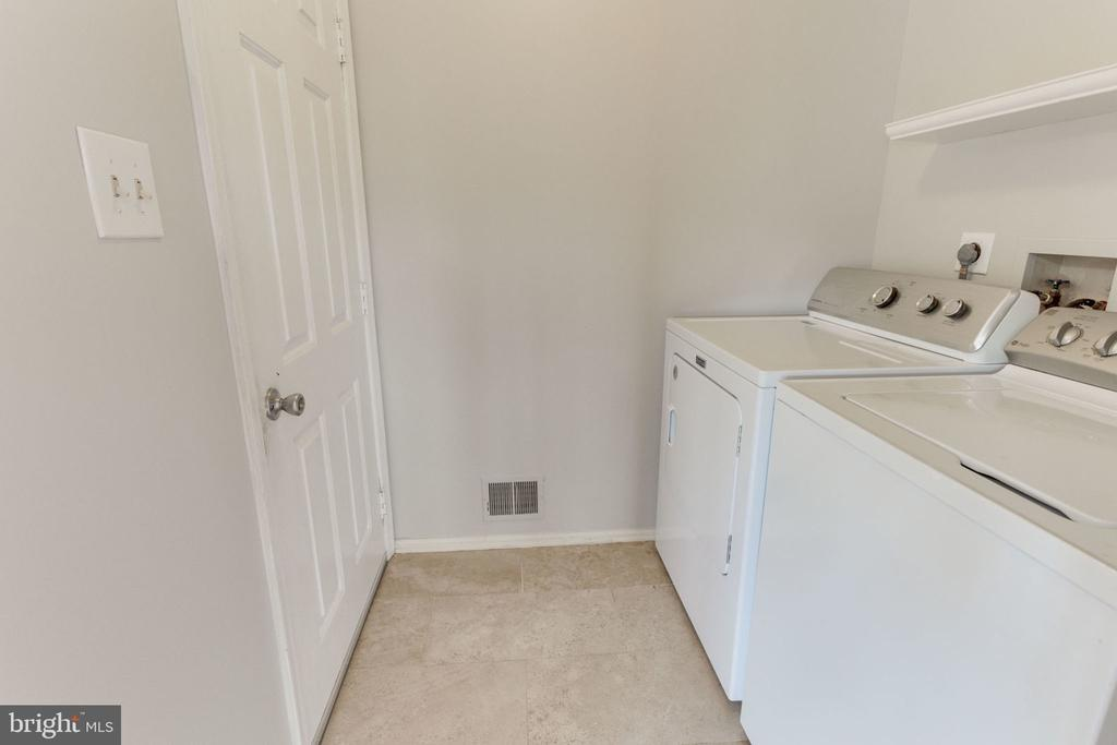 Separate laundry room/mud room on main level - 9815 WINTERCRESS CT, VIENNA