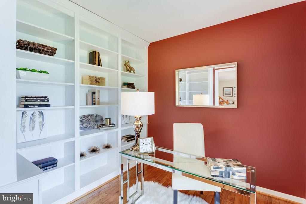 Main level library with built-in bookcase - 9815 WINTERCRESS CT, VIENNA