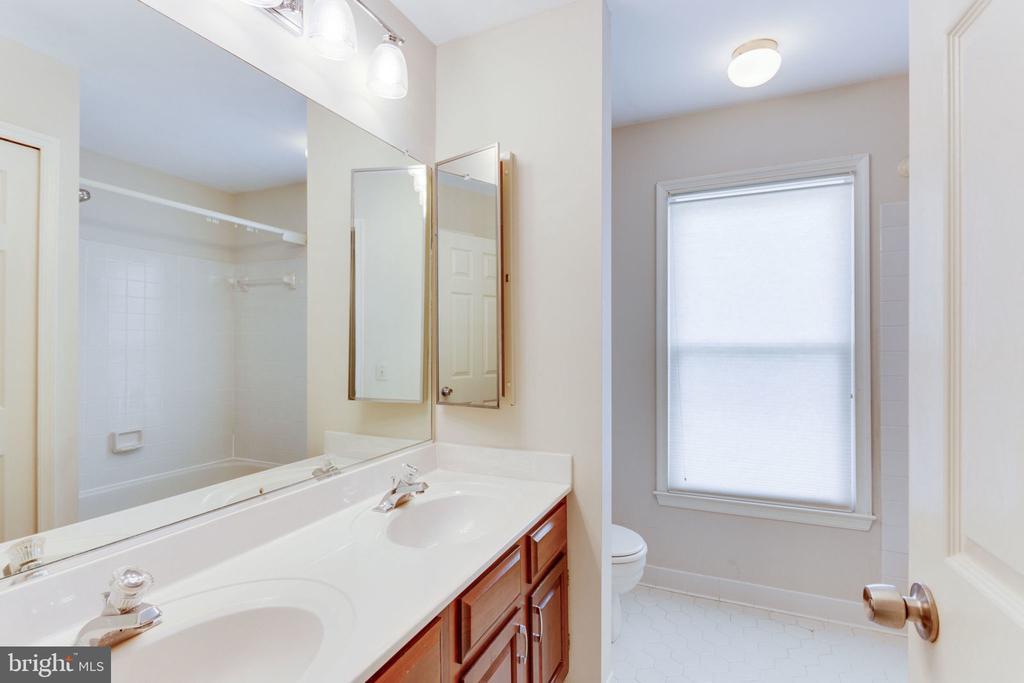 2nd full bathroom upper level - 9815 WINTERCRESS CT, VIENNA
