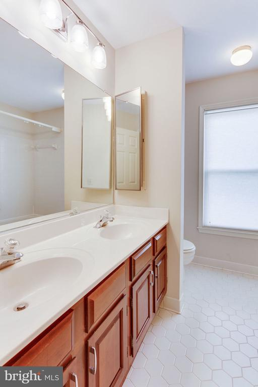 2nd full bath dual vanities and window - 9815 WINTERCRESS CT, VIENNA