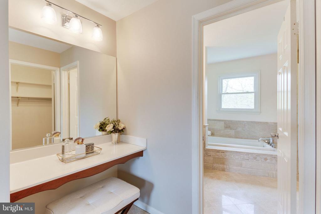 makeup nook in master bedroom - 9815 WINTERCRESS CT, VIENNA