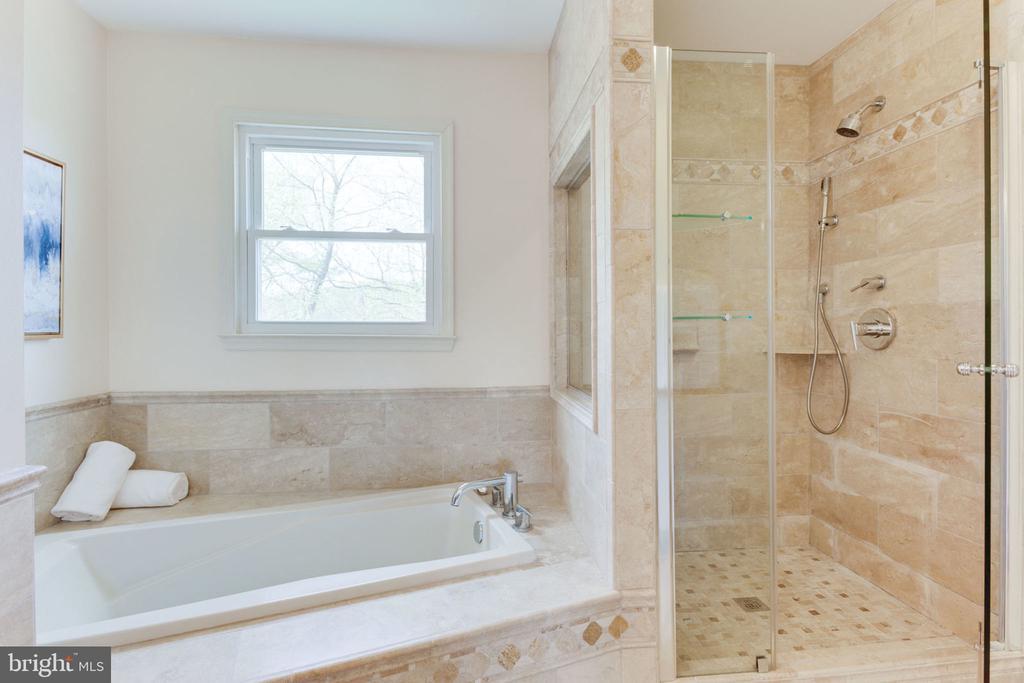 Separate shower room and bath tub - 9815 WINTERCRESS CT, VIENNA