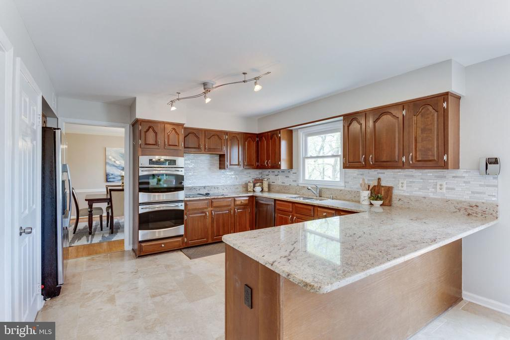 Stainless steel appliances and double oven - 9815 WINTERCRESS CT, VIENNA