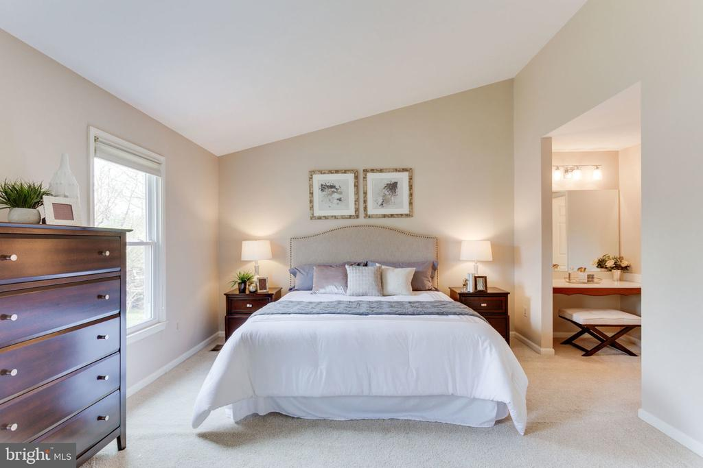 Spacious master bedroom with vaulted ceiling - 9815 WINTERCRESS CT, VIENNA