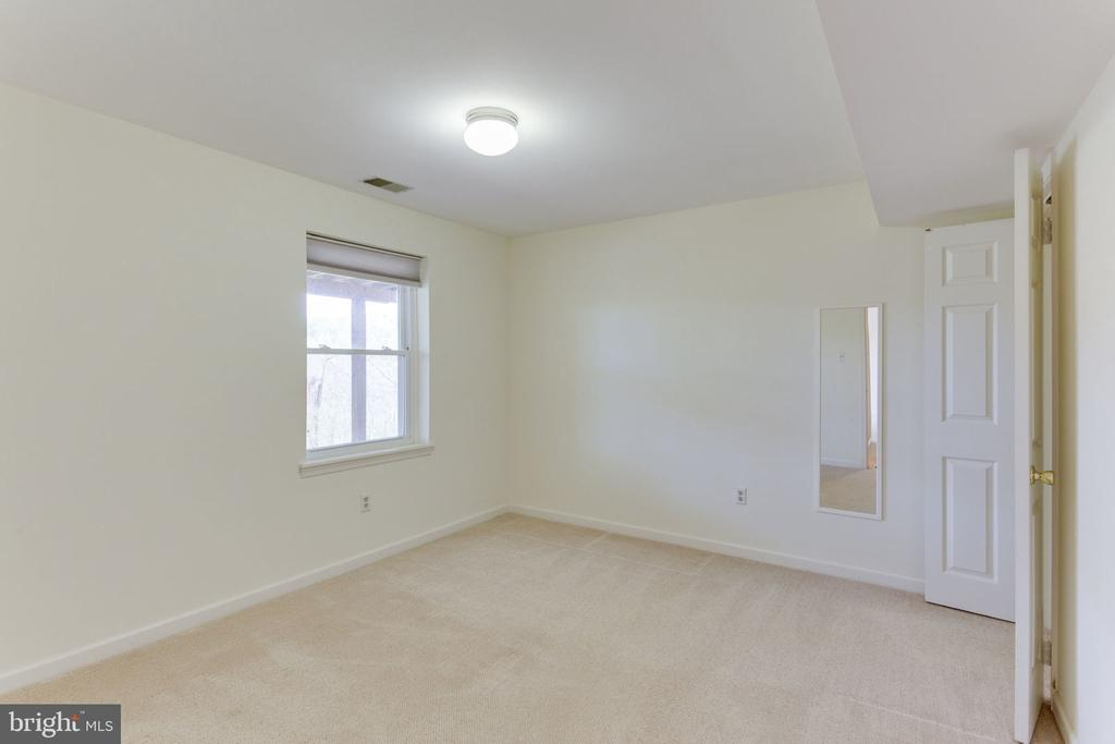 5th bedroom in basement with full-size window - 9815 WINTERCRESS CT, VIENNA