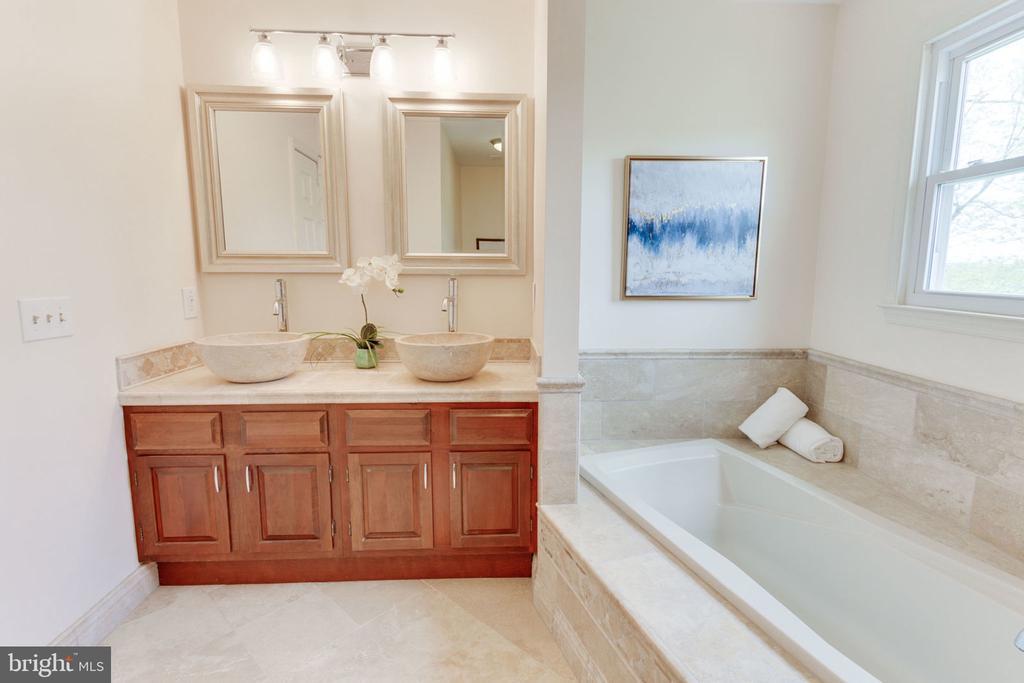 Soaking tub in master bathroom - 9815 WINTERCRESS CT, VIENNA