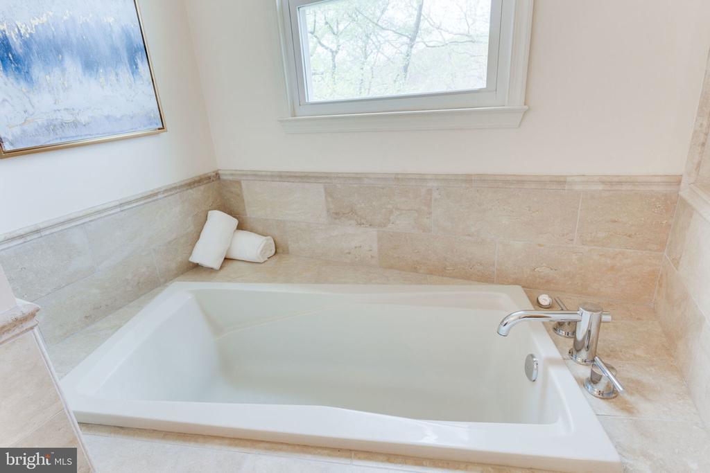 Window above soaking tub in master bathroom - 9815 WINTERCRESS CT, VIENNA