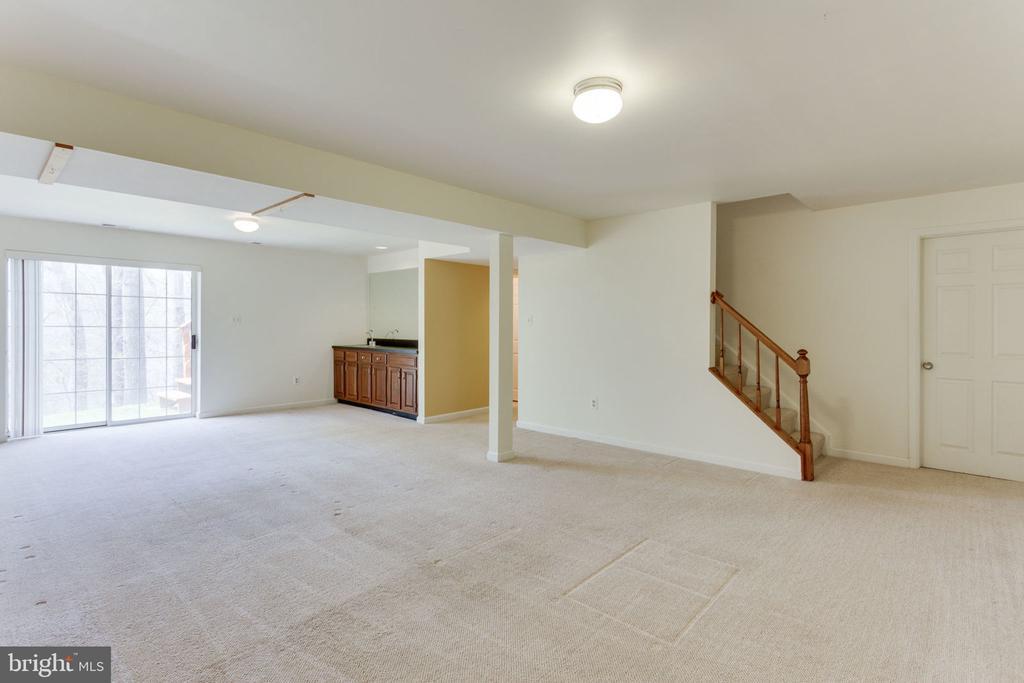 Huge recreational room in walk-out  basement - 9815 WINTERCRESS CT, VIENNA