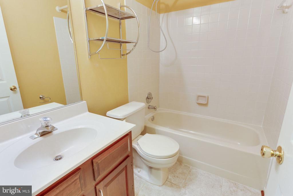 Full bathroom in basement - 9815 WINTERCRESS CT, VIENNA