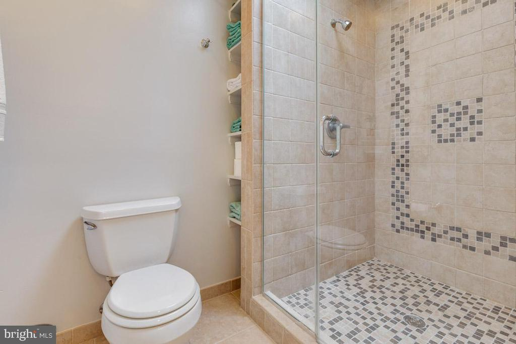 Updated bathroom with skylight - 6203 GENTLE LN, ALEXANDRIA