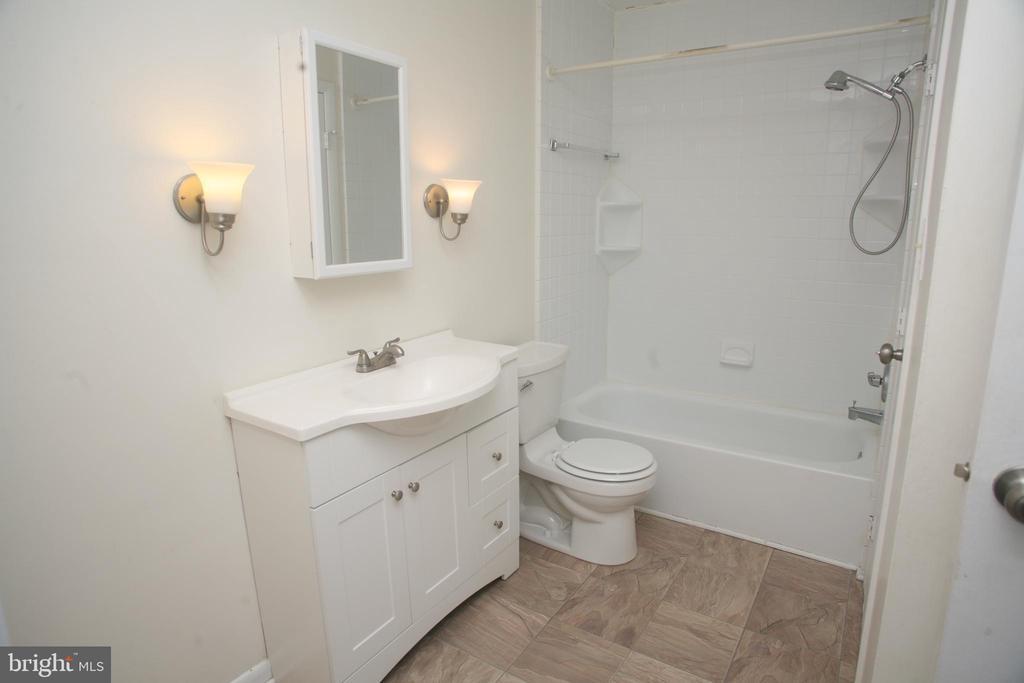 Spacious Bathroom - 5818 ROYAL RIDGE DR #Q, SPRINGFIELD