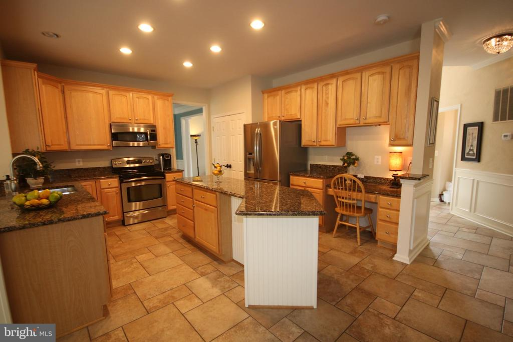 Kitchen is ideal for entertaining - 47429 RIVER FALLS DR, STERLING