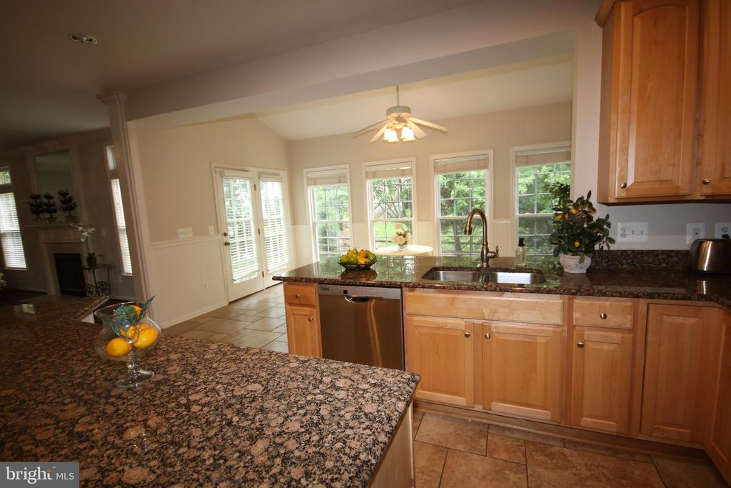 Wonderful sun room adjoins kitchen - 47429 RIVER FALLS DR, STERLING