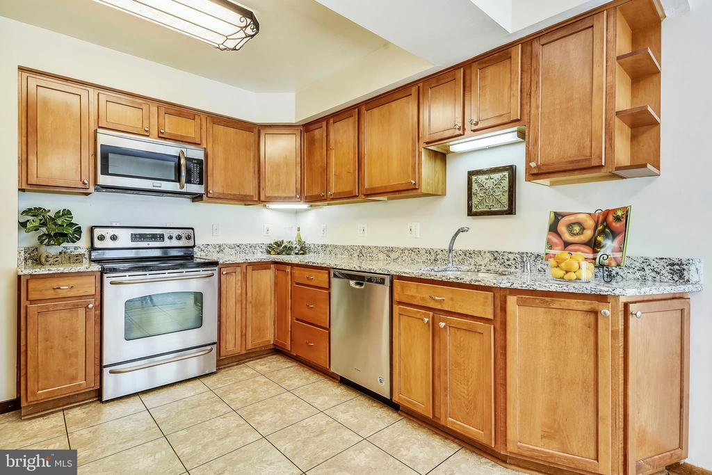 Kitchen with granite counters - 15795 FAWN PL, DUMFRIES