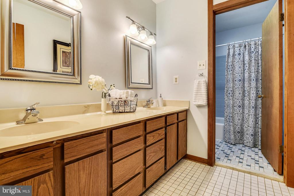 Double sink and roomy - 15795 FAWN PL, DUMFRIES