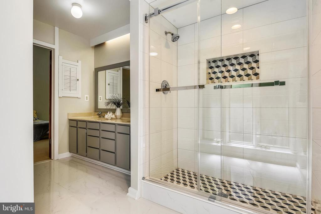 NEWLY REMODELED Master Bath - 15795 FAWN PL, DUMFRIES