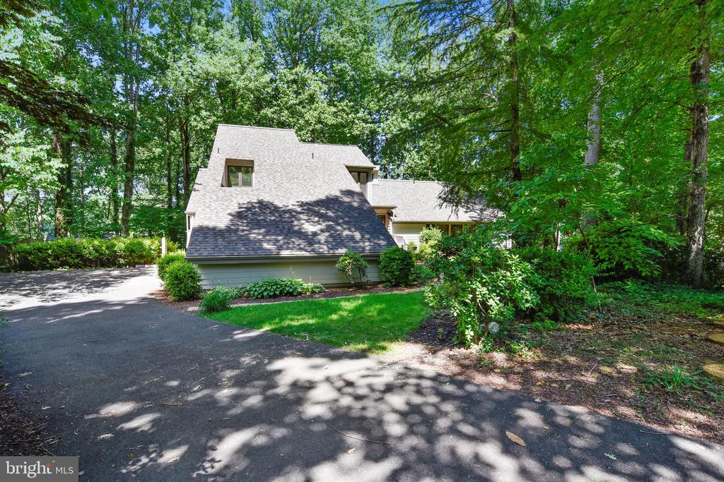 Gorgeous Contemporary home nestled in the woods - 15795 FAWN PL, DUMFRIES
