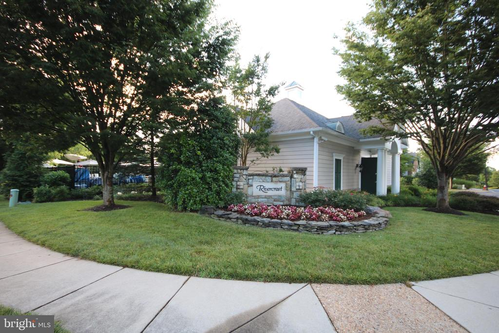 One minute walk to community clubhouse - 47429 RIVER FALLS DR, STERLING