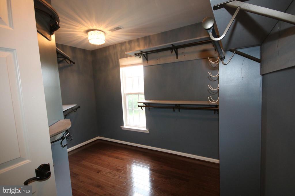 Elegant master bedroom walk-in closet - 47429 RIVER FALLS DR, STERLING