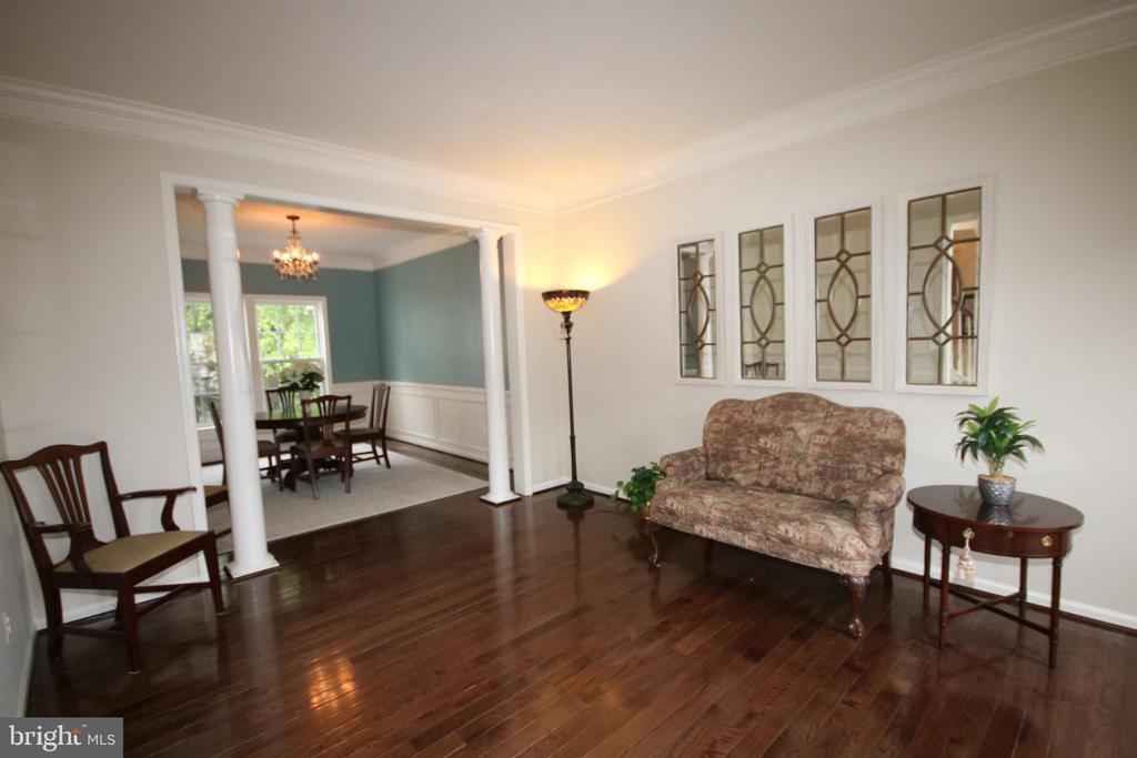 Living room with gleaming hardwood floor - 47429 RIVER FALLS DR, STERLING