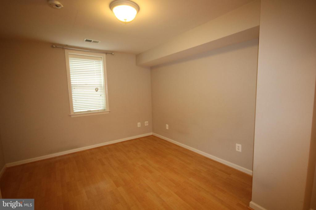 Fifth bedroom , located in basement - 47429 RIVER FALLS DR, STERLING