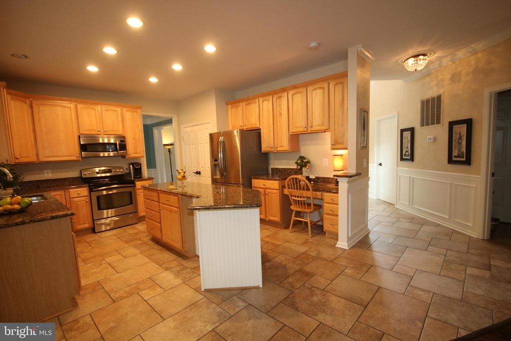 Kitchen has extended island & lots of cabinets - 47429 RIVER FALLS DR, STERLING