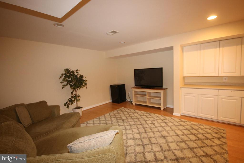 Media room and built-in cabinets in basement - 47429 RIVER FALLS DR, STERLING